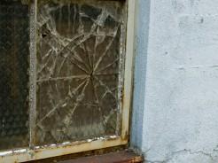 破られたガラス
